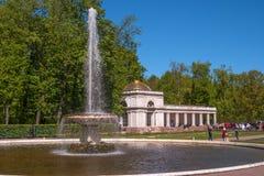 Petergof, Rusia - 5 de junio de 2017: Columnatas de Voronikhinsky en el palacio de Pertergof El palacio de Petergof incluido en Foto de archivo libre de regalías