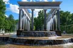 PETERGOF, RUSSIE - 10 JUIN 2015 : Belle fontaine dans Peterhof, Russie Photos stock