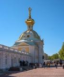 Petergof, Russland - 5. Juni 2017: Das Gebäude ist ein spezieller Speiseschrank Die barocke Haube wird mit einem doppelköpfigen v Lizenzfreies Stockfoto