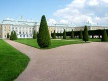 Petergof slott som omges av en parkera royaltyfri fotografi