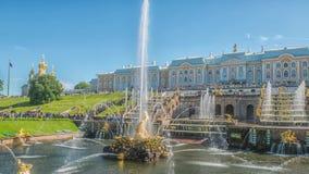Peterhof、俄罗斯、国王的宫殿和喷泉盛大小瀑布,圣彼德堡周围  股票录像