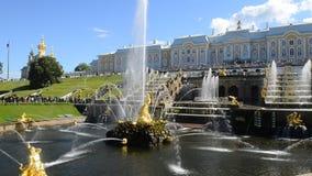 Peterhof、俄罗斯、国王的宫殿和喷泉盛大小瀑布,圣彼德堡周围  影视素材