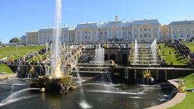 Peterhof、俄罗斯、国王的宫殿和喷泉盛大小瀑布,圣彼德堡周围  股票视频