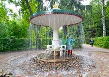 peterhof俄国 伞喷泉薄脆饼干在Nizhny公园 免版税库存图片