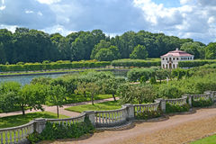 peterhof俄国 公园和Marli的宫殿看法在一个夏天晴天 免版税库存图片