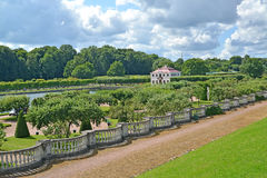 peterhof俄国 公园和Marli的宫殿看法在一个夏天晴天 库存图片