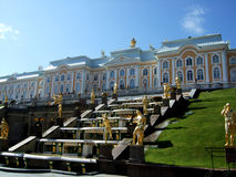 Peterhof喷泉的开头 免版税图库摄影