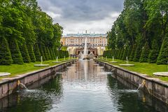 Peterhof喷泉的游人盛大小瀑布 库存照片