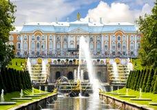 Peterhof宫殿和森山喷泉,圣彼得堡,俄罗斯盛大小瀑布  免版税库存照片