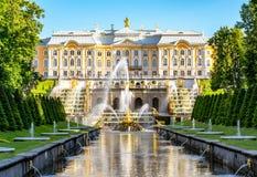 Peterhof宫殿,森山喷泉和喷泉胡同盛大小瀑布在圣彼德堡,俄罗斯附近 库存照片