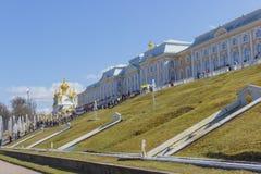 Peterhof宫殿更低的公园盛大小瀑布喷泉 在联合国科教文组织` s世界遗产名录名单包括的Peterhof宫殿 免版税库存照片