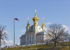 Peterhof宫殿更低的公园盛大小瀑布喷泉 在联合国科教文组织` s世界遗产名录名单包括的Peterhof宫殿 库存图片