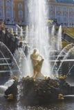 Peterhof宫殿更低的公园盛大小瀑布喷泉 在联合国科教文组织` s世界遗产名录名单包括的Peterhof宫殿 免版税图库摄影