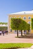 Peterhof庭院在圣彼德堡,俄罗斯。 免版税图库摄影