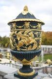Peterhof,俄罗斯, 2016年10月5日:一个古老花瓶在公园 图库摄影