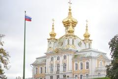 Peterhof,俄罗斯, 2016年10月5日:大厦在Peterhof宫殿我 库存照片