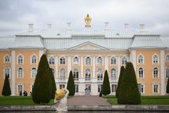 Peterhof,俄罗斯, 2016年10月5日:Peterhof宫殿前面我Pe 免版税库存图片