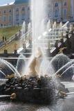 Peterhof,俄罗斯- 2012年5月06日:喷泉森山和盛大cascad 免版税库存照片