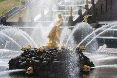 Peterhof,俄罗斯- 2012年5月06日:在盛大小瀑布的喷泉森山 库存照片
