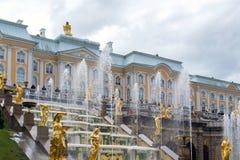 Peterhof,俄罗斯- 6月03 2017年 伟大的小瀑布喷泉 库存照片