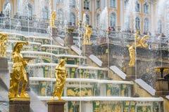 Peterhof,俄罗斯- 6月03 2017年 伟大的小瀑布喷泉 免版税库存图片