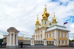 Peterhof,俄罗斯- 6月03 2017年 圣伯多禄和保罗宫殿教会  免版税库存照片