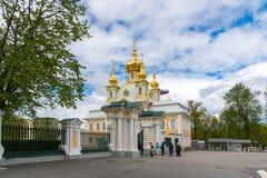 Peterhof,俄罗斯- 6月03 2017年 圣伯多禄和保罗宫殿教会  图库摄影