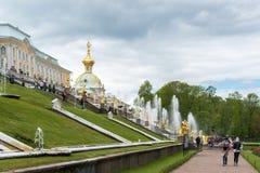 Peterhof,俄罗斯- 6月03 2017年 在大宫殿前面的大小瀑布喷泉 免版税库存照片