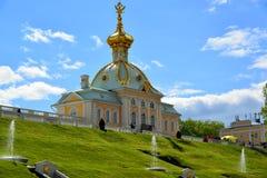 Peterhof,俄罗斯- 6月03 2017年 一个大宫殿的画廊和大阳台 免版税库存照片
