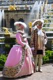 Peterhof,俄罗斯- 6月03 2017年 在老皇家要人下的被打扮的演员 免版税库存图片