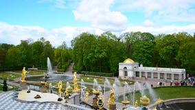 Peterhof,俄罗斯- 6月03 2017年 大小瀑布喷泉在Peterhof 影视素材