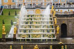 Peterhof,俄罗斯- 6月03 2017年 大小瀑布喷泉的片段在Peterhof 免版税库存图片