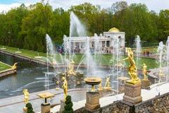 Peterhof,俄罗斯- 6月03 2017年 大小瀑布喷泉看法在Peterhof 库存照片