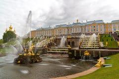 Peterhof,俄罗斯- 6月03 2017年 大小瀑布喷泉看法在Peterhof 免版税图库摄影