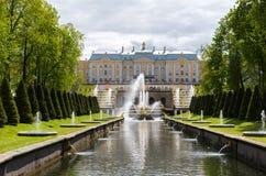 Peterhof,俄罗斯- 6月03 2017年 大Sampsonian运河在博物馆蜜饯和盛大宫殿 库存照片