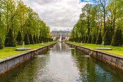 Peterhof,俄罗斯- 6月03 2017年 盛大宫殿看法从运河的边的 免版税库存照片