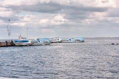 Peterhof,俄罗斯- 2008年8月15日:两艘船等候为离开的飞星快艇在港口 库存照片