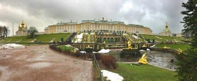 PETERHOF,俄罗斯11月20-2016 :宫殿和公园有不运转的喷泉的在起点期间的旅游季节 库存图片