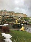 PETERHOF,俄罗斯11月20-2016 :宫殿和公园有不运转的喷泉的在起点期间的旅游季节 库存照片