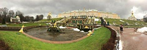 PETERHOF,俄罗斯11月20-2016 :宫殿和公园有不运转的喷泉的在起点期间的旅游季节 免版税库存图片