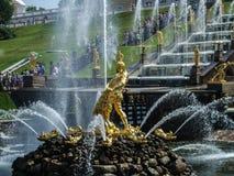 Peterhof,喷泉在更低的公园 库存图片