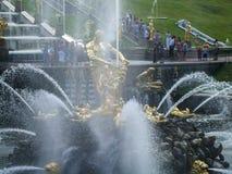 Peterhof,喷泉在更低的公园 免版税图库摄影