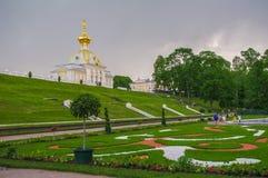 PETERHOF,圣彼得堡,俄罗斯- 2014年6月06日:上部公园宫殿在联合国科教文组织世界遗产名录名单包括 库存图片