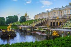 PETERHOF,圣彼得堡,俄罗斯- 2014年6月06日:上部公园宫殿在联合国科教文组织世界遗产名录名单包括 库存照片
