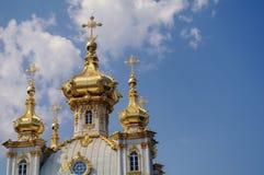PETERHOF,圣彼得堡,俄罗斯- 2014年6月06日:tha教会上面  上部公园宫殿在联合国科教文组织包括 免版税库存图片