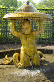 PETERHOF, RUSSIA-MAY 19 :喷泉在Petrodvorets公园  库存照片