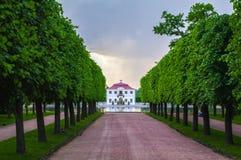 PETERHOF, ST 彼得斯堡,俄罗斯- 2014年7月06日:泥灰质的宫殿的看法在一多云天 免版税库存图片