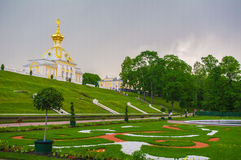 PETERHOF, ΑΓΙΟΣ ΠΕΤΡΟΥΠΟΛΗ, ΡΩΣΙΑ - 6 ΙΟΥΝΊΟΥ 2014: το ανώτερο παλάτι πάρκων περιλήφθηκε στον κατάλογο παγκόσμιων κληρονομιών της Στοκ Εικόνες