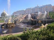 PETERHOF, ΡΩΣΙΑ, μεγάλος καταρράκτης σε Pertergof, η Αγία Πετρούπολη τα μεγαλύτερα σύνολα πηγών Ευρύς φακός γωνίας και μακροχρόνι στοκ εικόνες