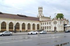 peterhof Россия Взгляд железнодорожного вокзала станции нового Peterhof от квадрата станции Стоковое фото RF